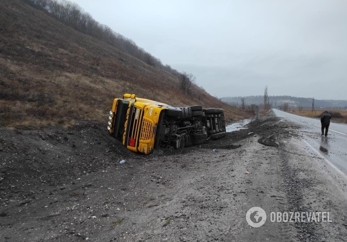 Вантажівка DAF із мазутом перекинулася на Луганщині