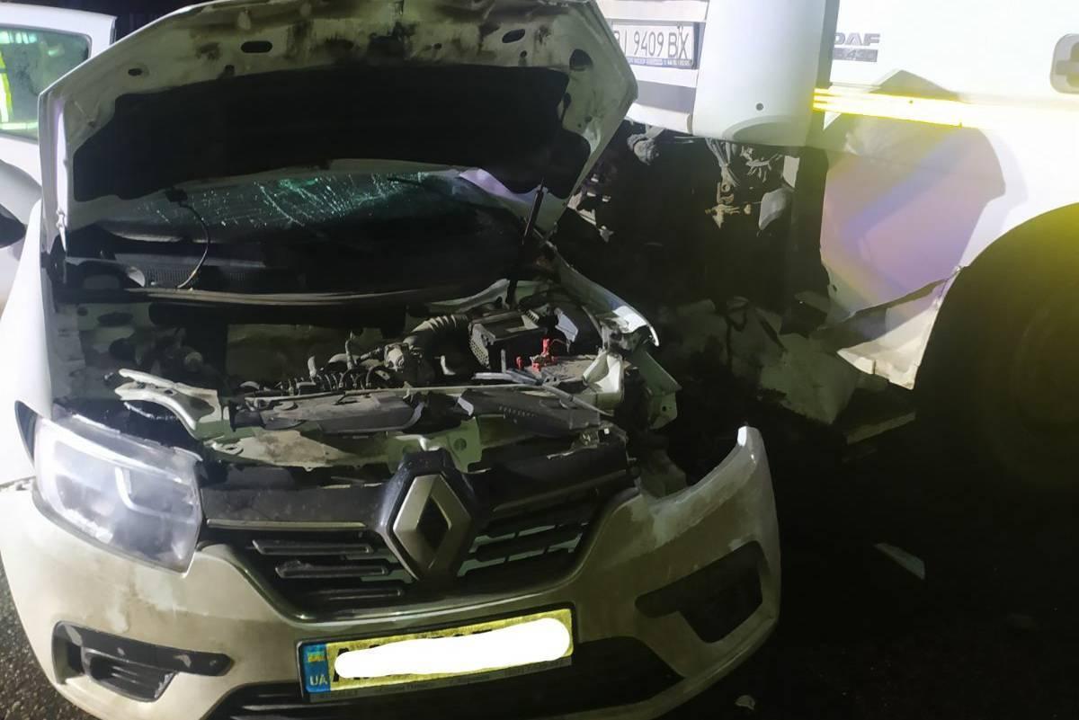 Загиблого водія таксі із понівеченого авто діставали рятувальники