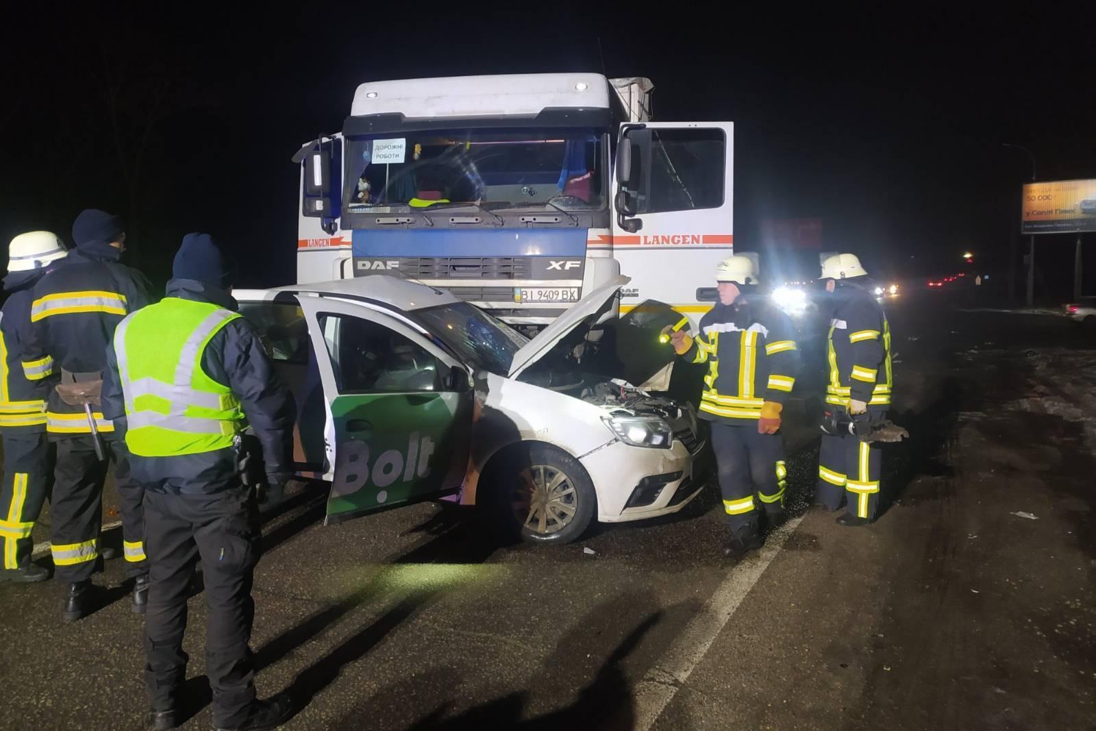 Вантажівка DAF зіткнулася із Renault Logan