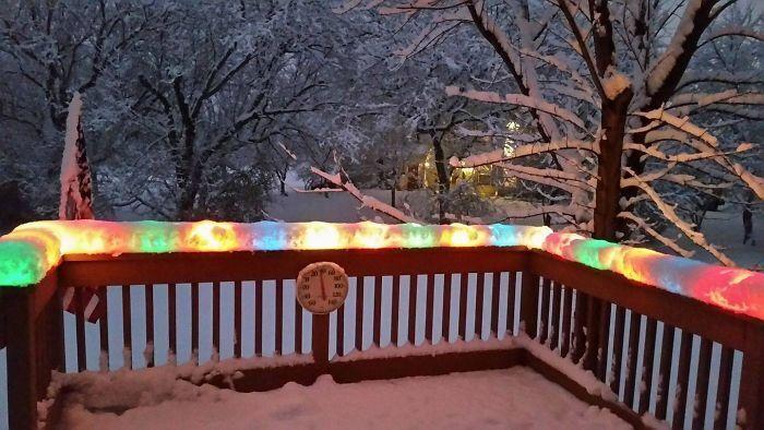 Рождественская гирлянда в снегу после метели в Чикаго