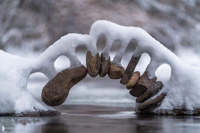 Снег на каменной арке