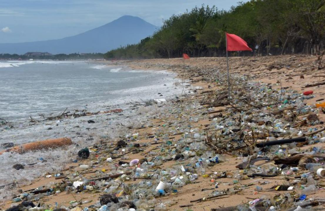 Пляж Кута на Бали засыпало мусором