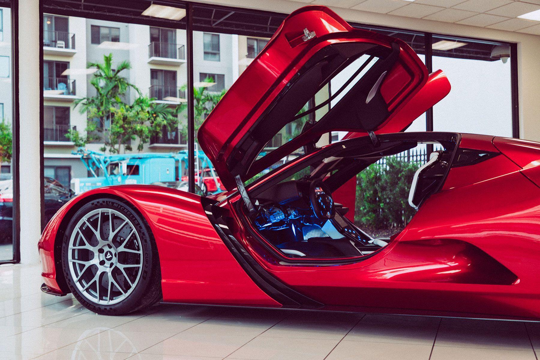 В салоне – цифровой кокпит, спортивный руль и сиденья с 6-точечными ремнями безопасности