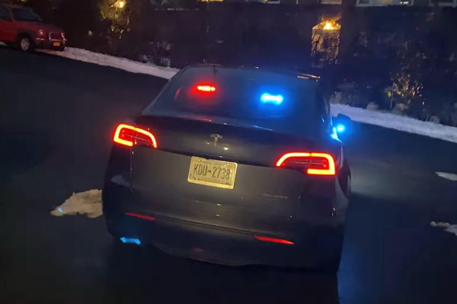Автомобіль оснащений спеціальною системою світлової сигналізації та освітлення CenCom Core від компанії Whelen