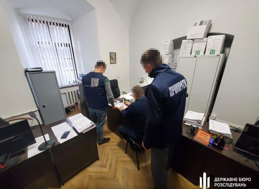 Сотруднику таможни сообщили о подозрении