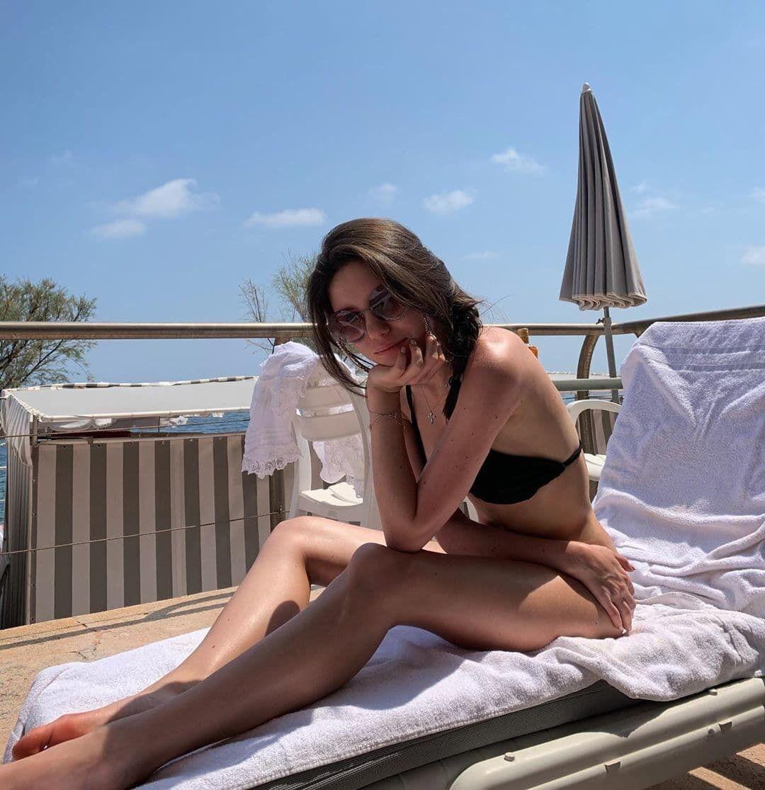 Яна Суркис на пляже