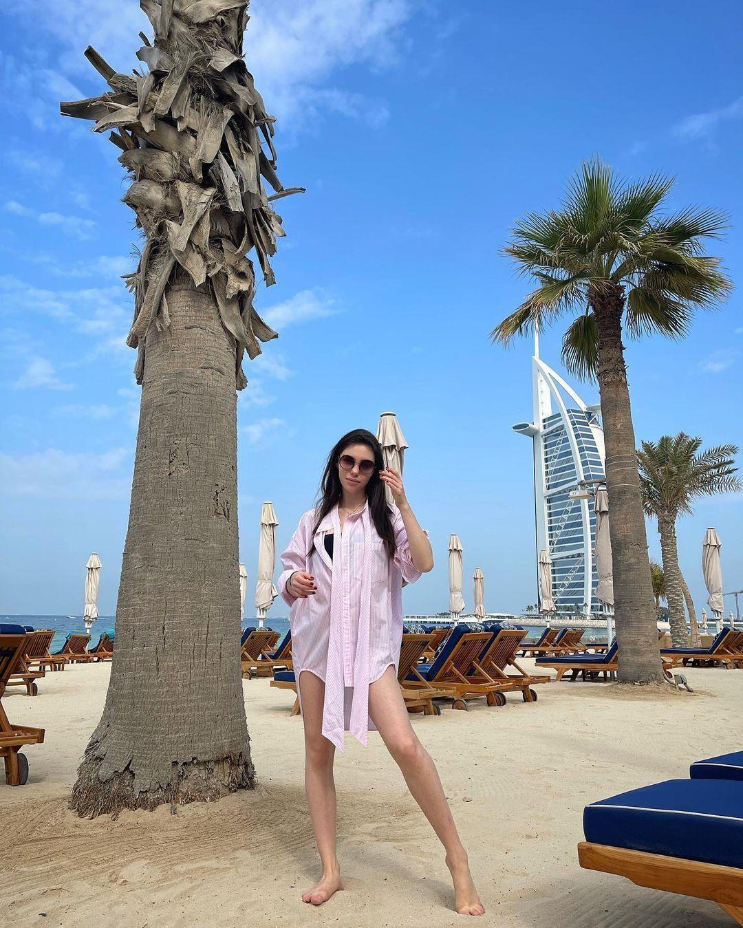Яна Суркис рядом с пальмой