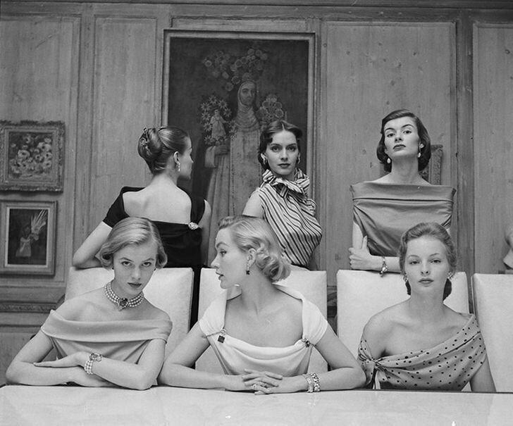 Девушки в модных нарядах 1950-х годов