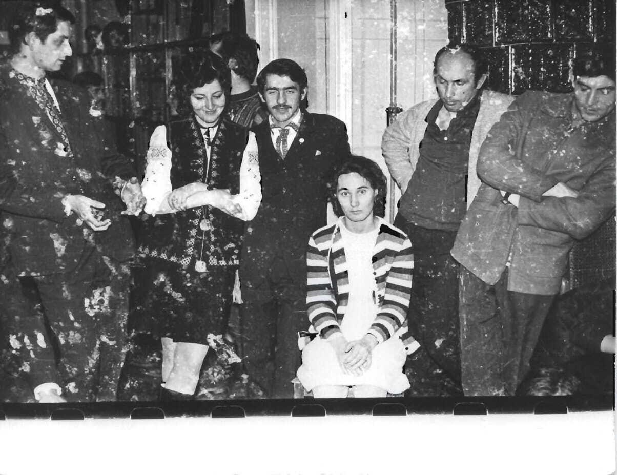 Спільне фото під час святкування Різдва. На світлині присутній поет Василь Стус (перший справа)
