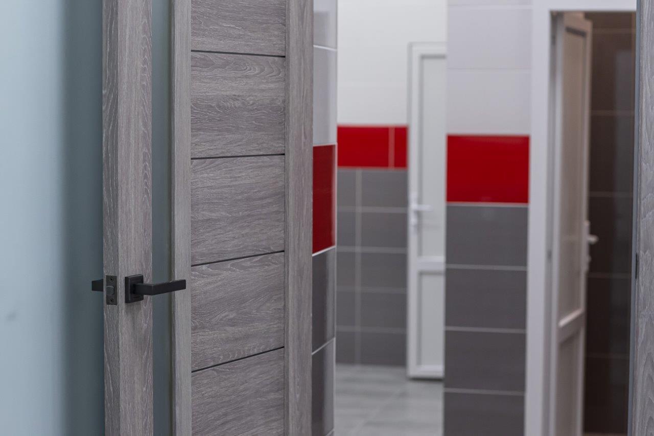 Стіни та підлогу облицювали кахельною плиткою, а старі вікна і двері замінили новими металопластиковими