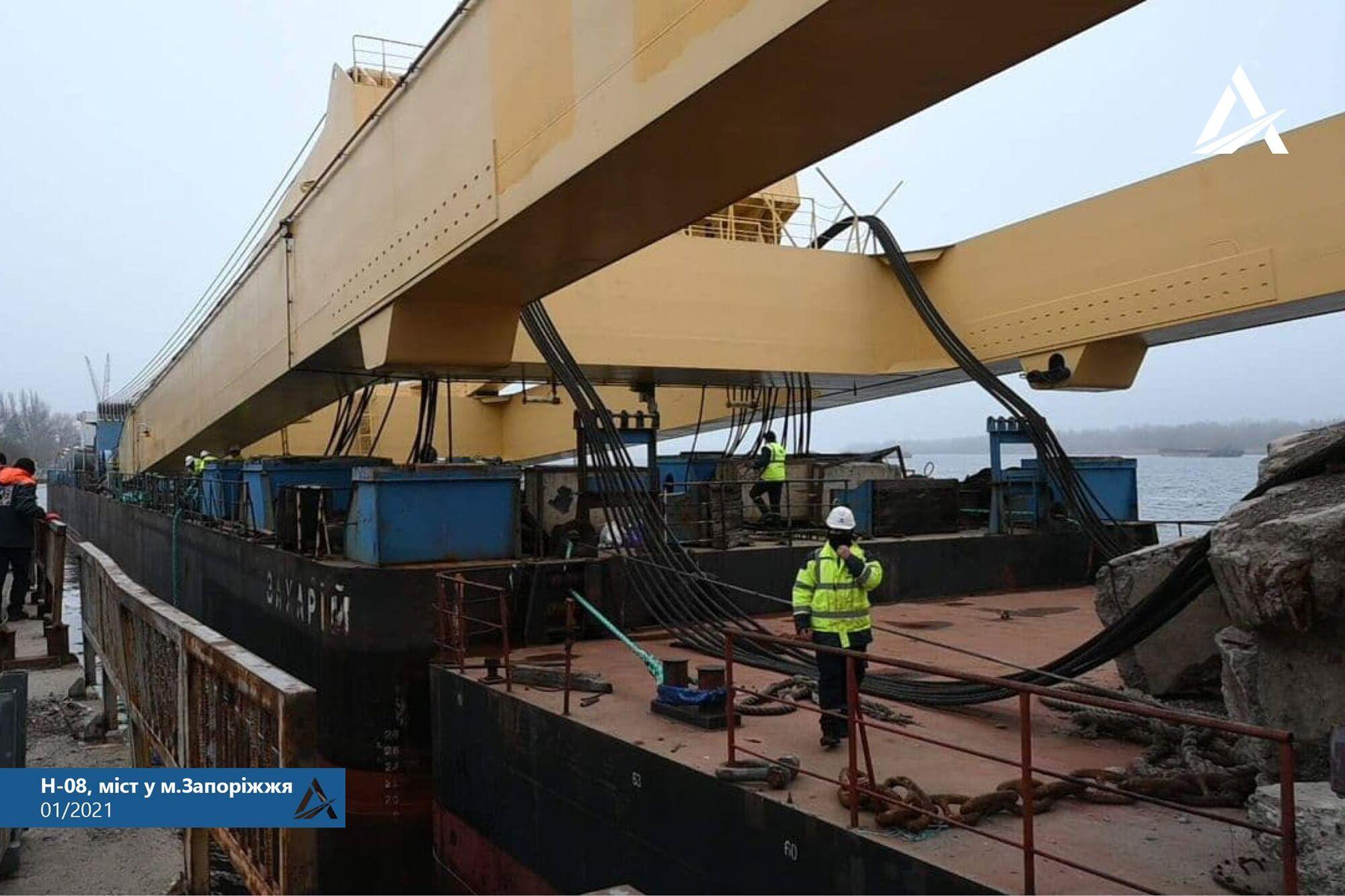 В Запорожье прибыл мощный плавучий кран Европы