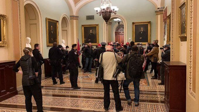 Люди внутри Капитолия