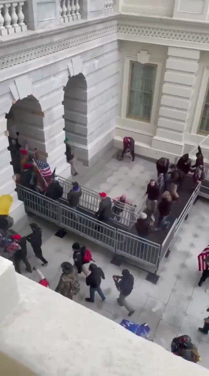 Люди заходят в здание