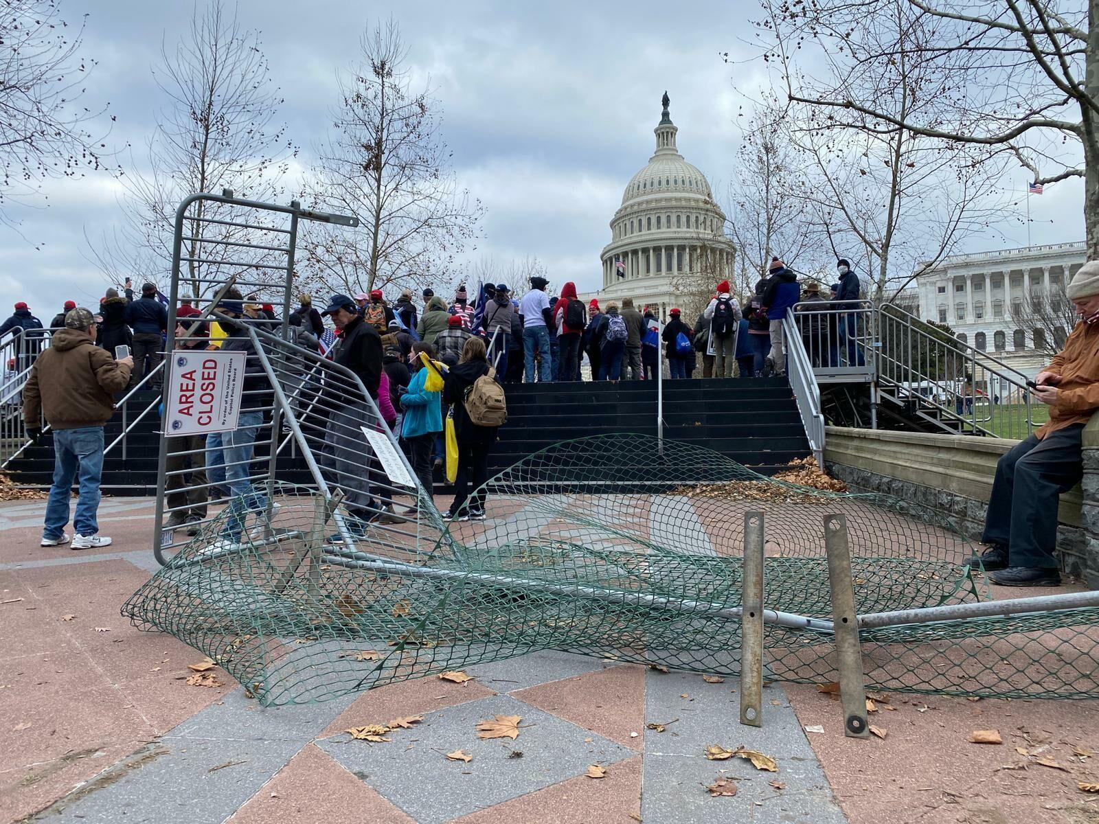 Протестующие разломали ограду
