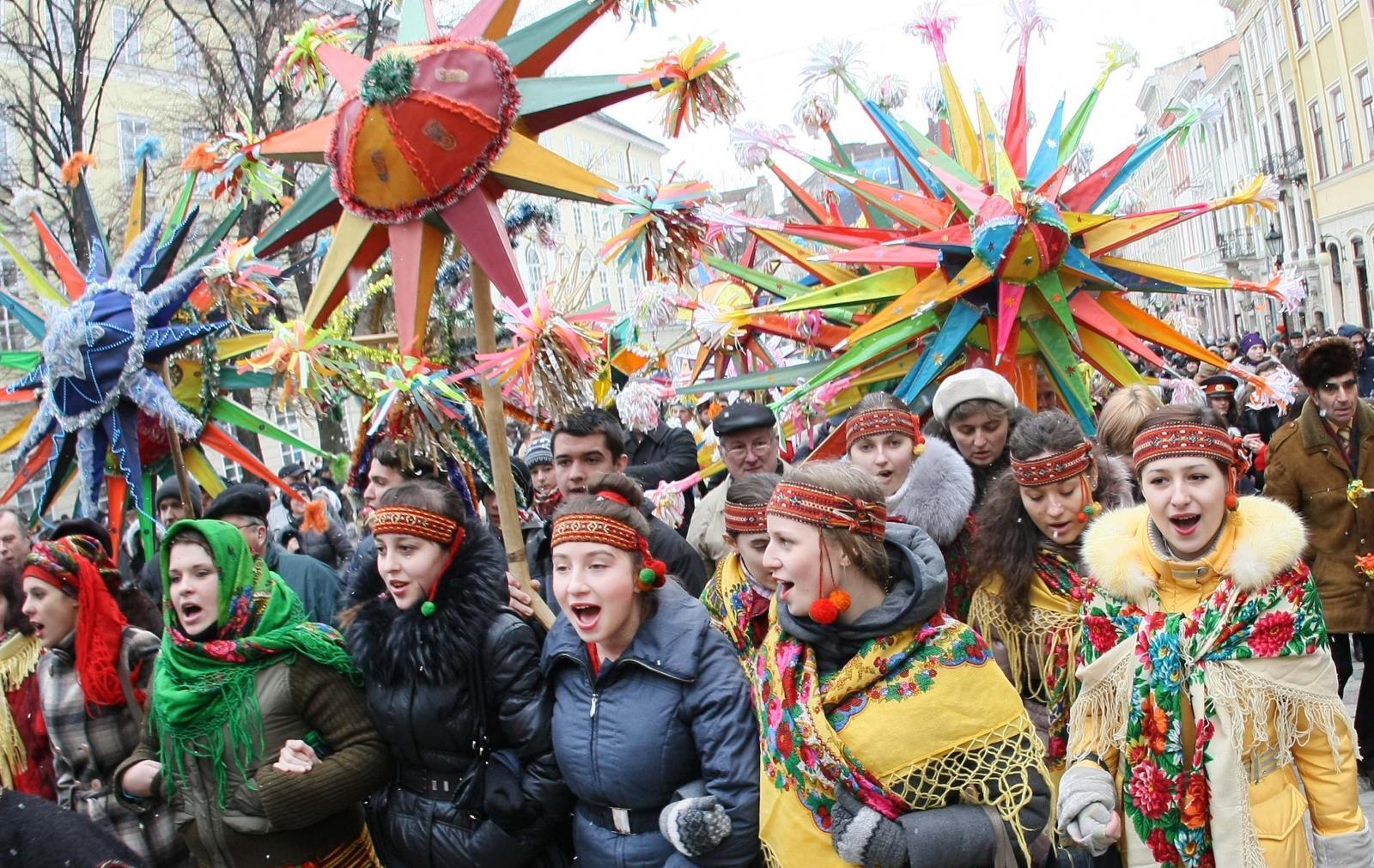 Дети и молодежь на Святки колядуют