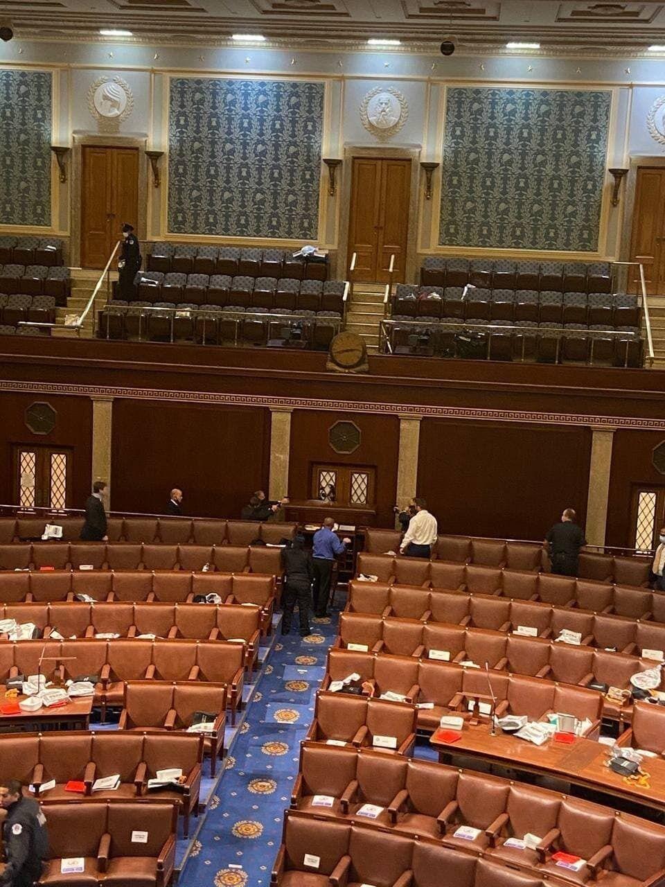 Сенаторы заблокировали входы в зал заседаний