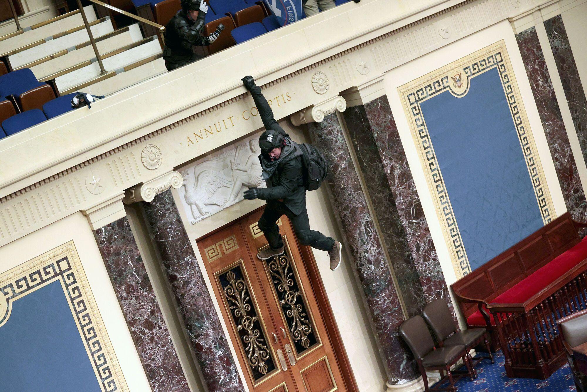 Мужчина повис на одной руке в одном из залов Капитолия