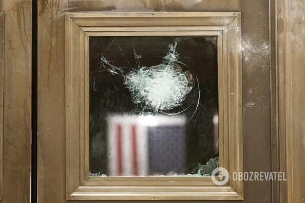 Разбивали стекла и крушили мебель