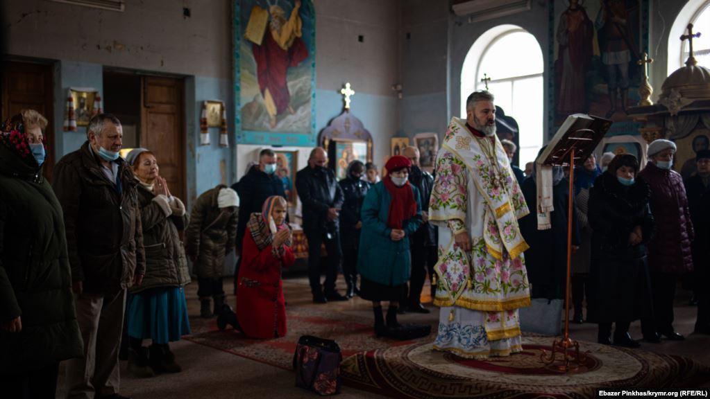 Архієпископ Климент читає Євангеліє.