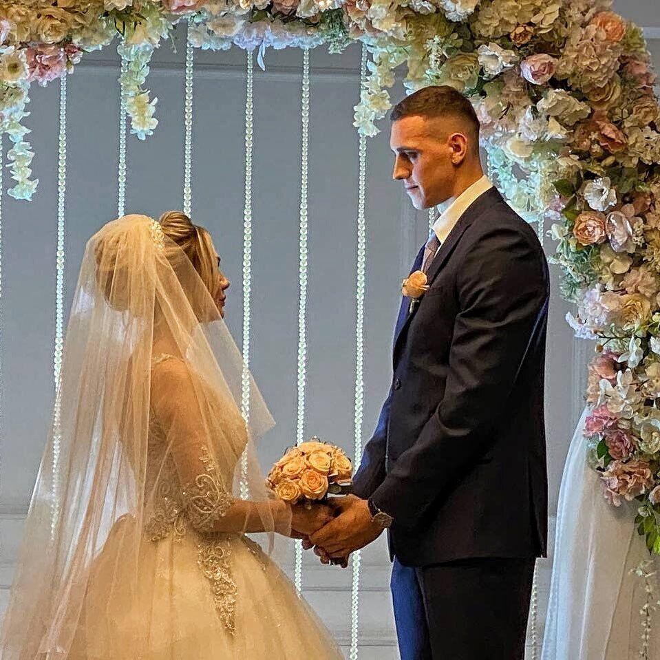 В'ячеслав Бобров та Катерина під час весільної церемонії