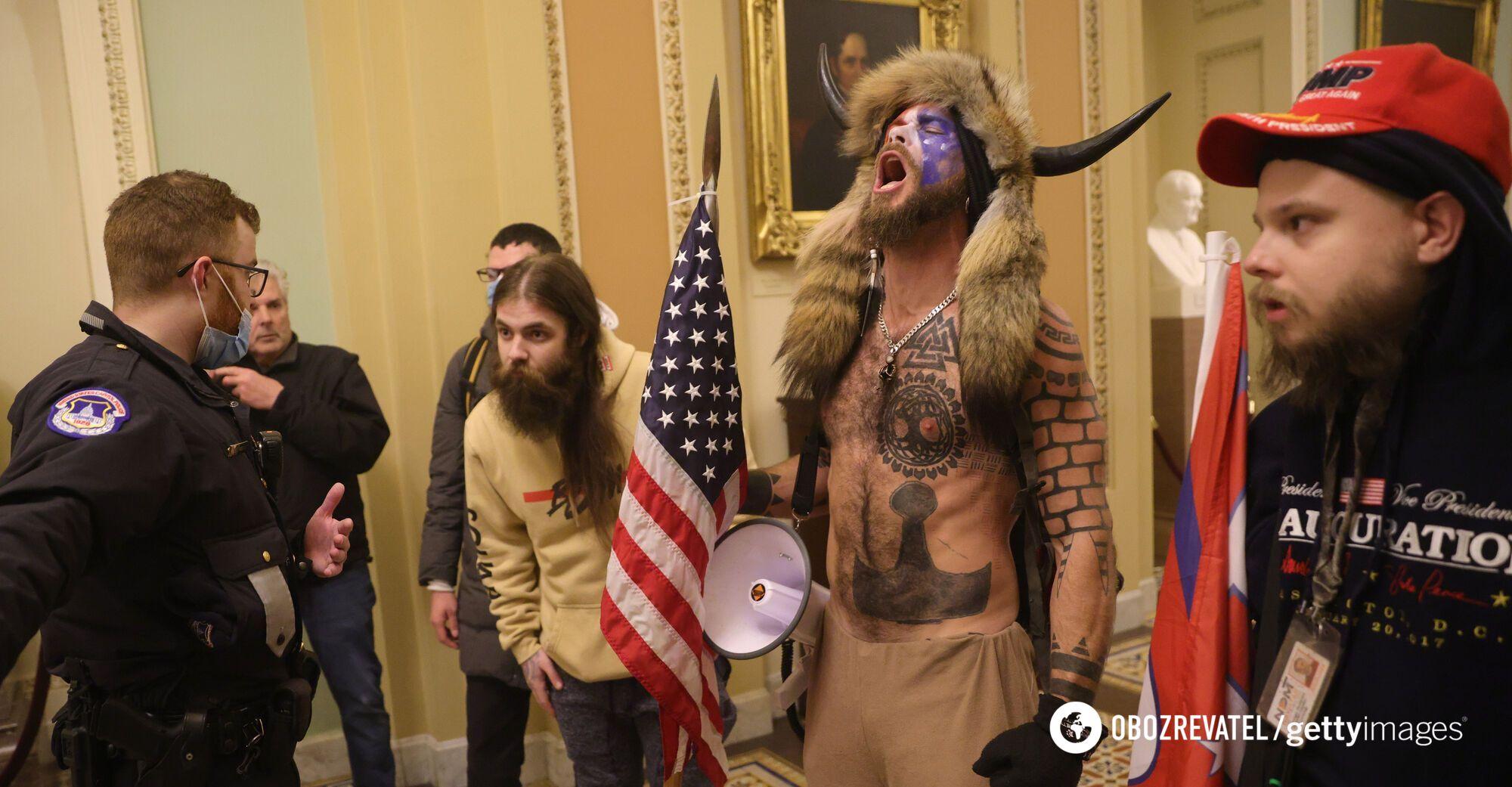 Джейк Анджелі з іншими учасниками протесту.