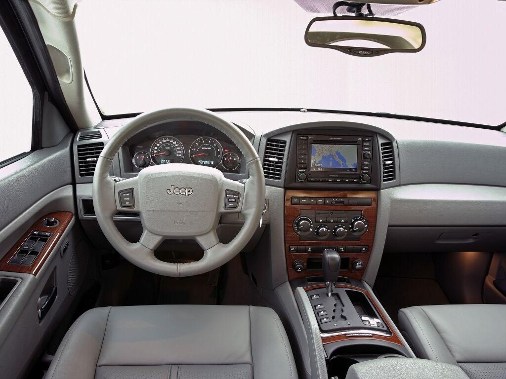 Усередині Jeep Grand Cherokee WK вигляд мав простий і дешевий
