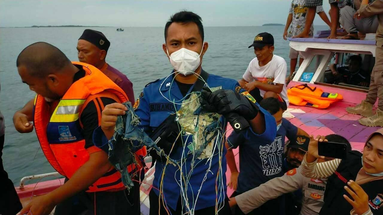 Очевидці нібито знаходять залишки літака у воді