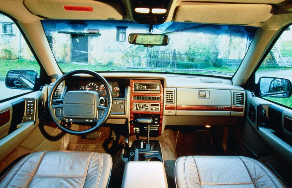 Салон Jeep Grand Cherokee вийшов сучасним на момент появи моделі