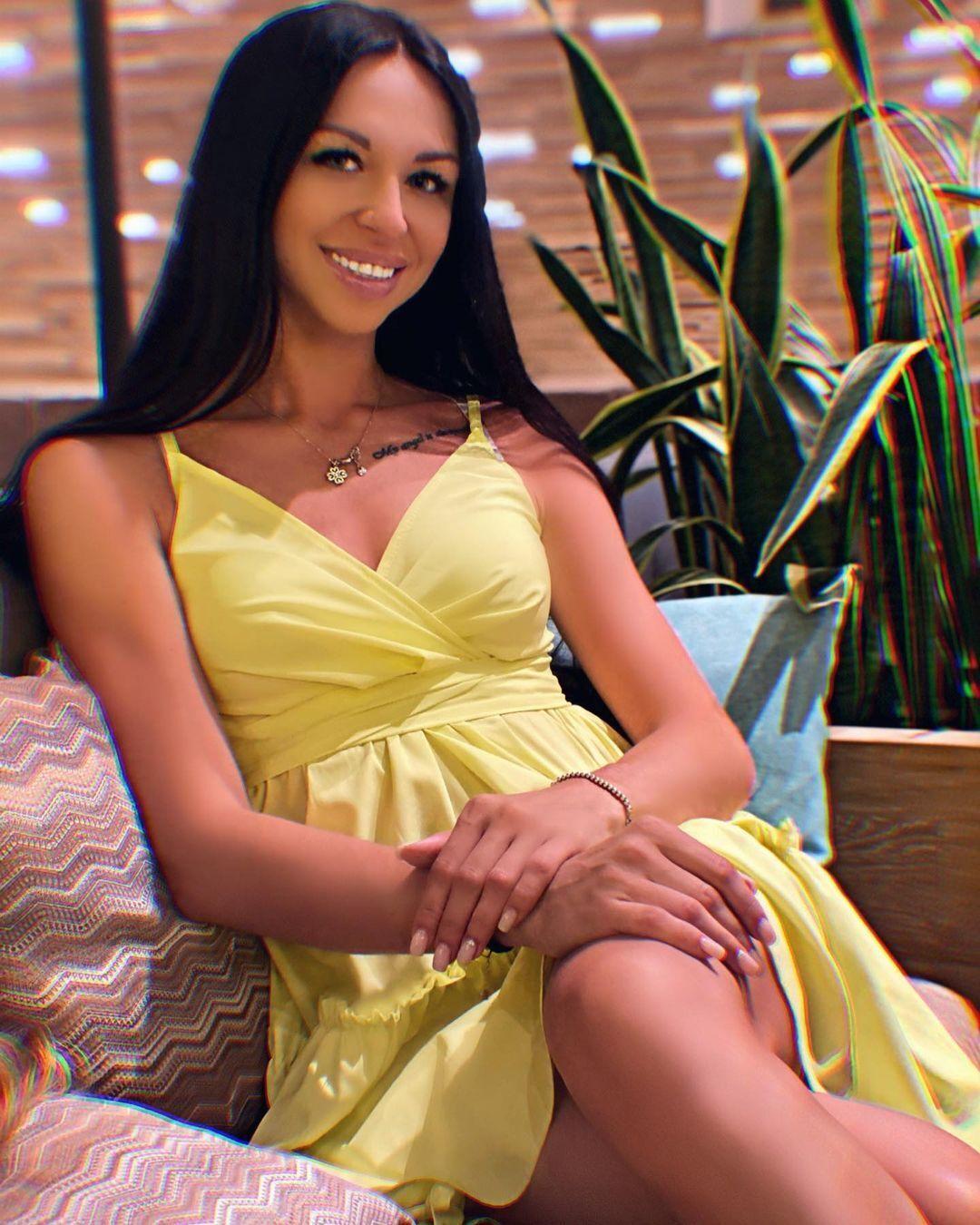 Лиана в желтом платье