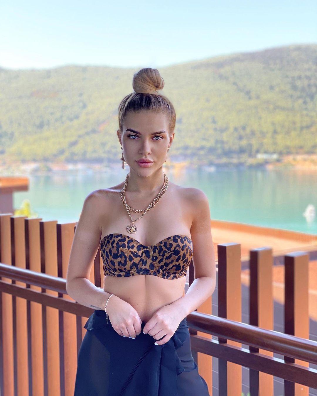Ольга Гринкевич на тлі озера