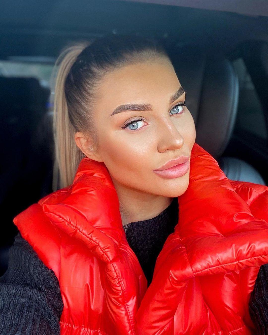 Ольга Гринкевич в червоному