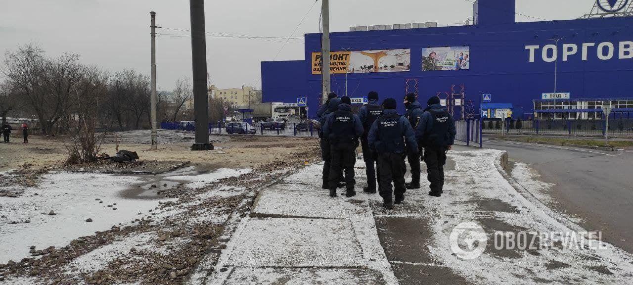 Возле гипермаркета дежурит Нацгвардия и полиция