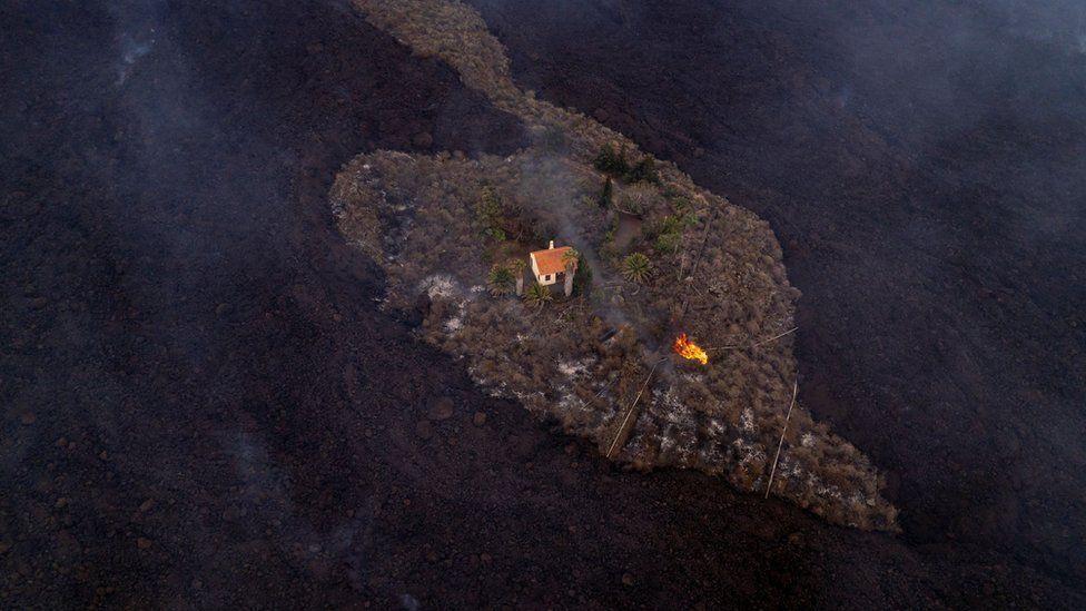 Загалом лава пропалила більш ніж 268 гектарів землі