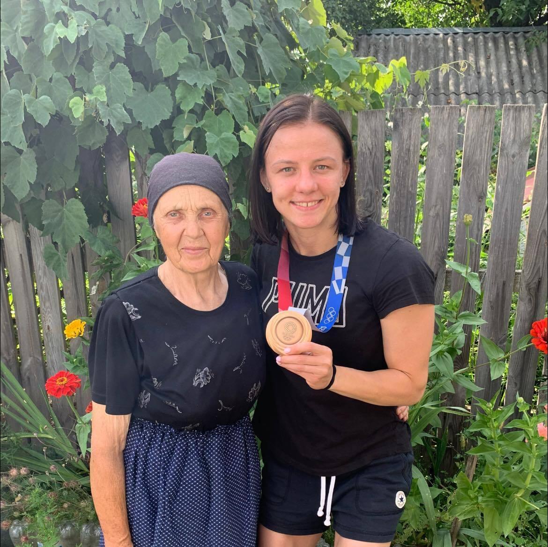 Ірина Коляденко зі своєю бабусею після Олімпіади.