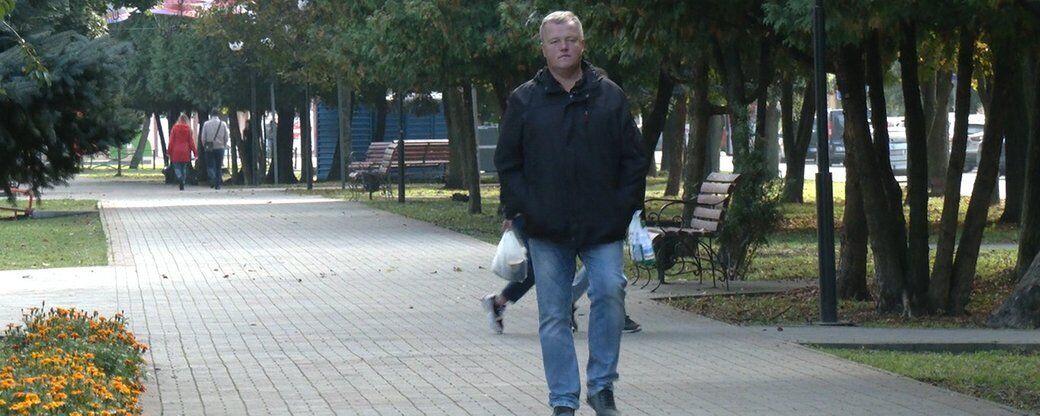 Мужчина после операции много ходит пешком