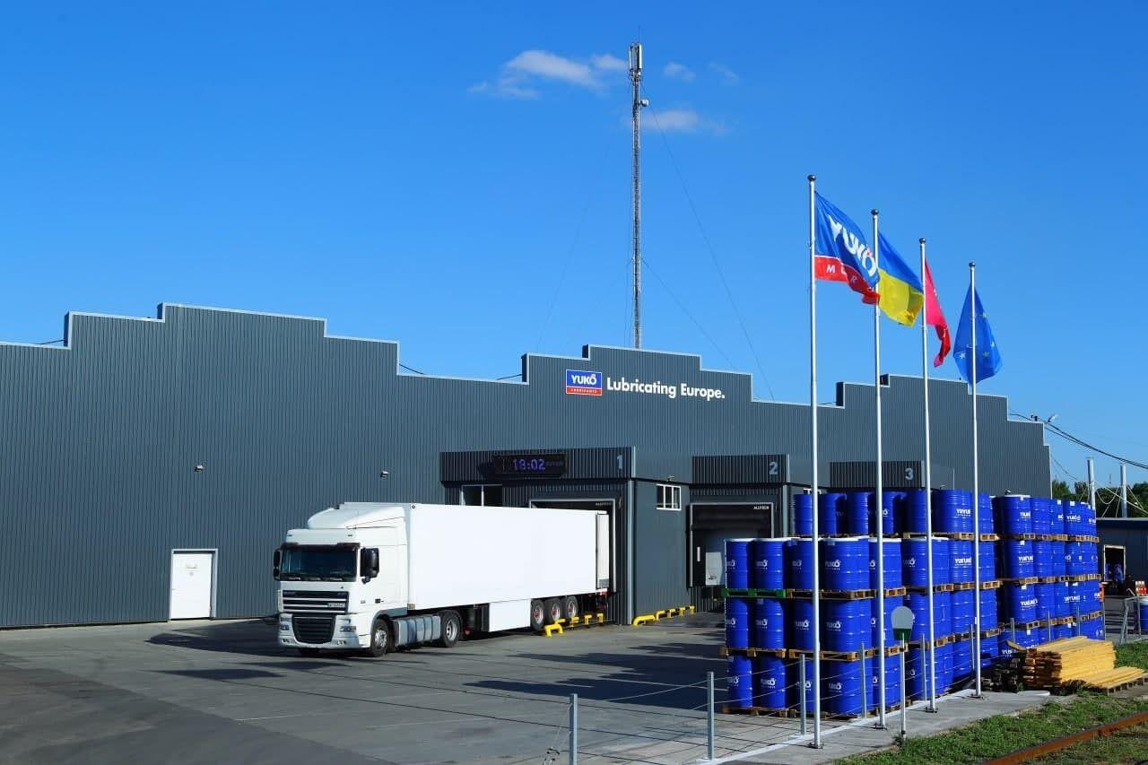 """Моторні оливи Yuko дотепер експортувалася у понад 80 країн світу. Склад готової продукції ТОВ """"СП Юкойл"""", м. Запоріжжя"""