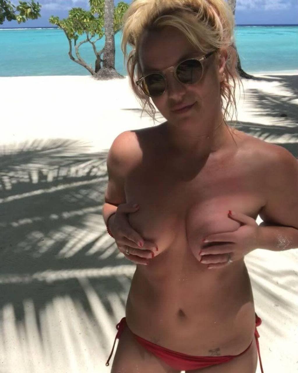 Бритни Спирс прикрыла голую грудь руками.