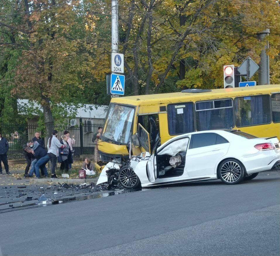 В Донецке столкнулись Mercedes и рейсовый автобус