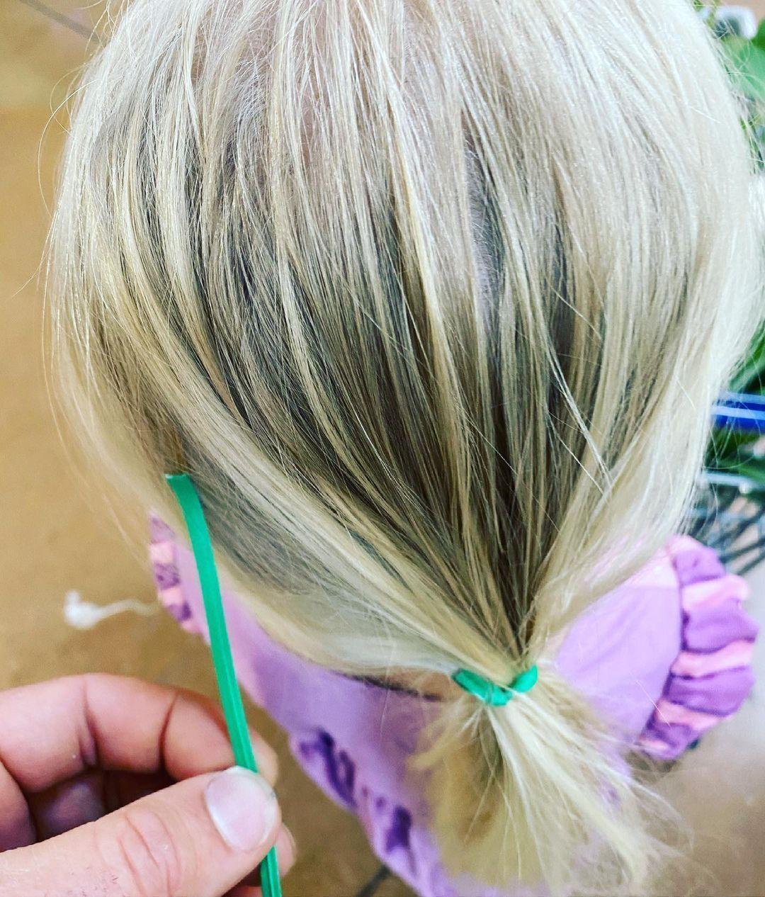 Як зав'язати волосся дівчинці