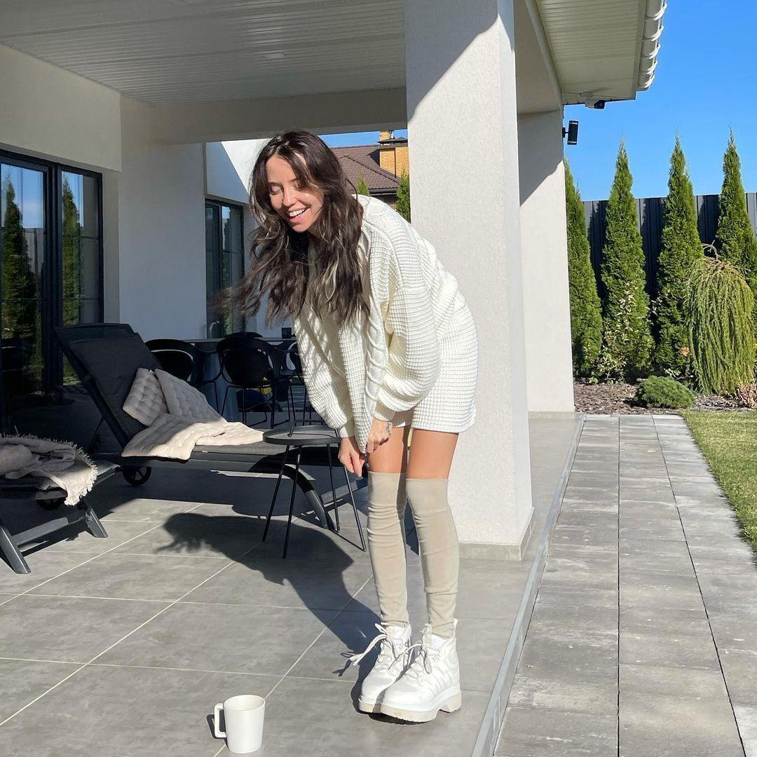 Надя Дорофеева позировала на камеру с чашкой латте.