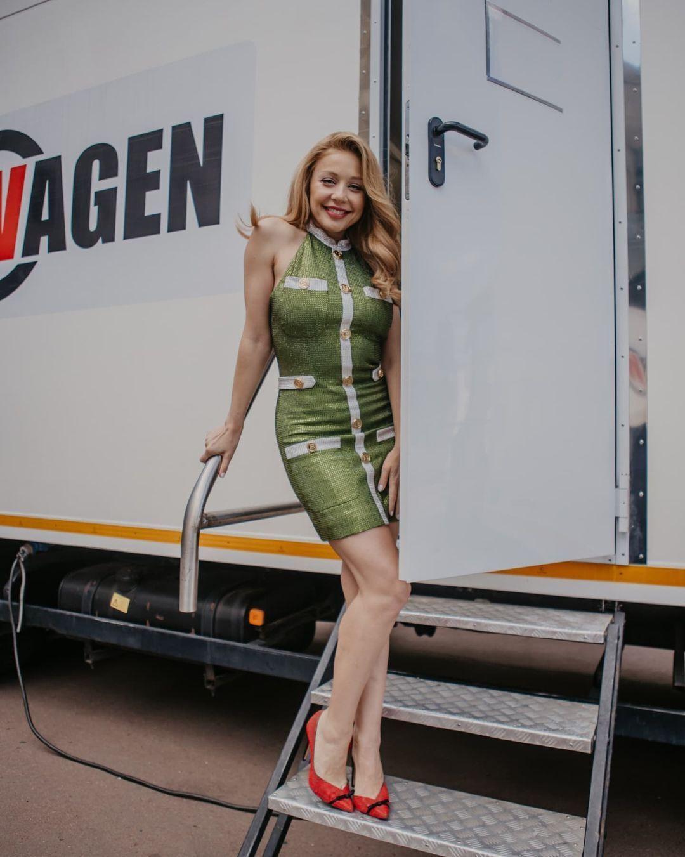 Тина Кароль возле фургончика.