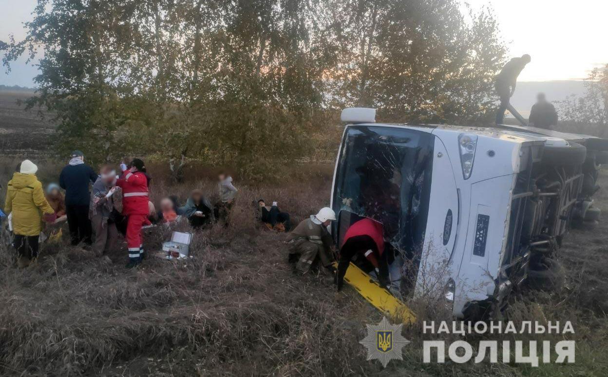 Водитель и 10 пассажиров пострадали в аварии