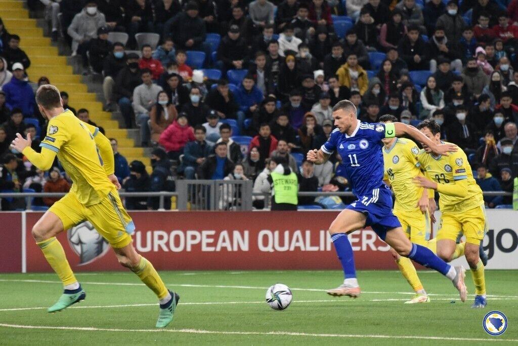 Капитан боснийцев Джеко в матче с Казахстаном.