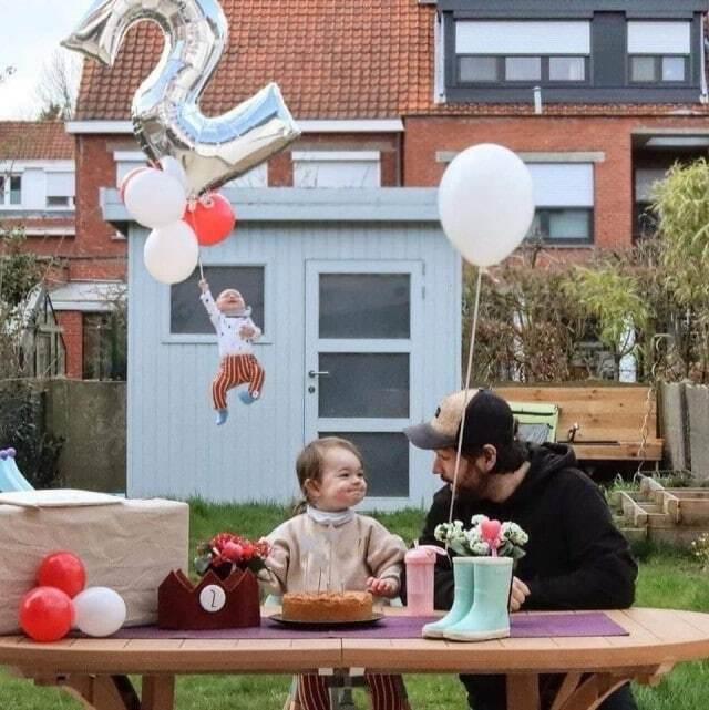 Малыш полетел вместе с воздушным шариком.