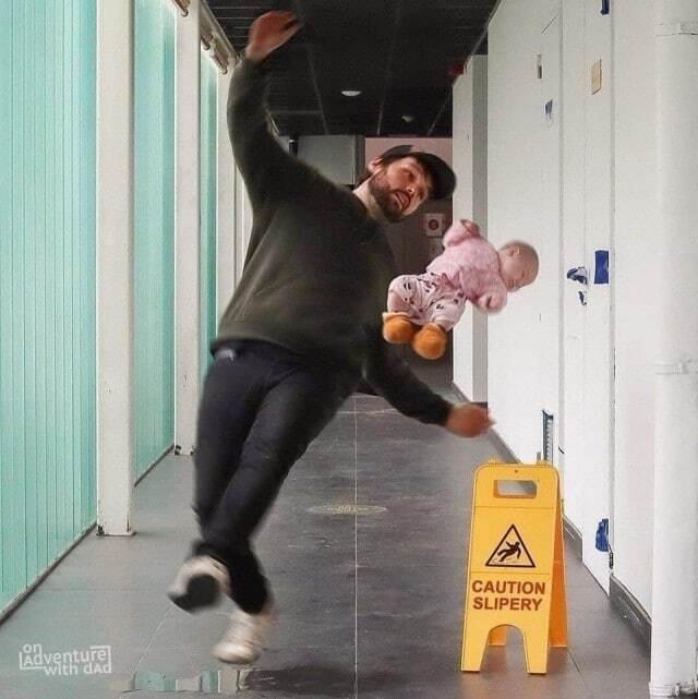Отец поскользнулся на лестнице
