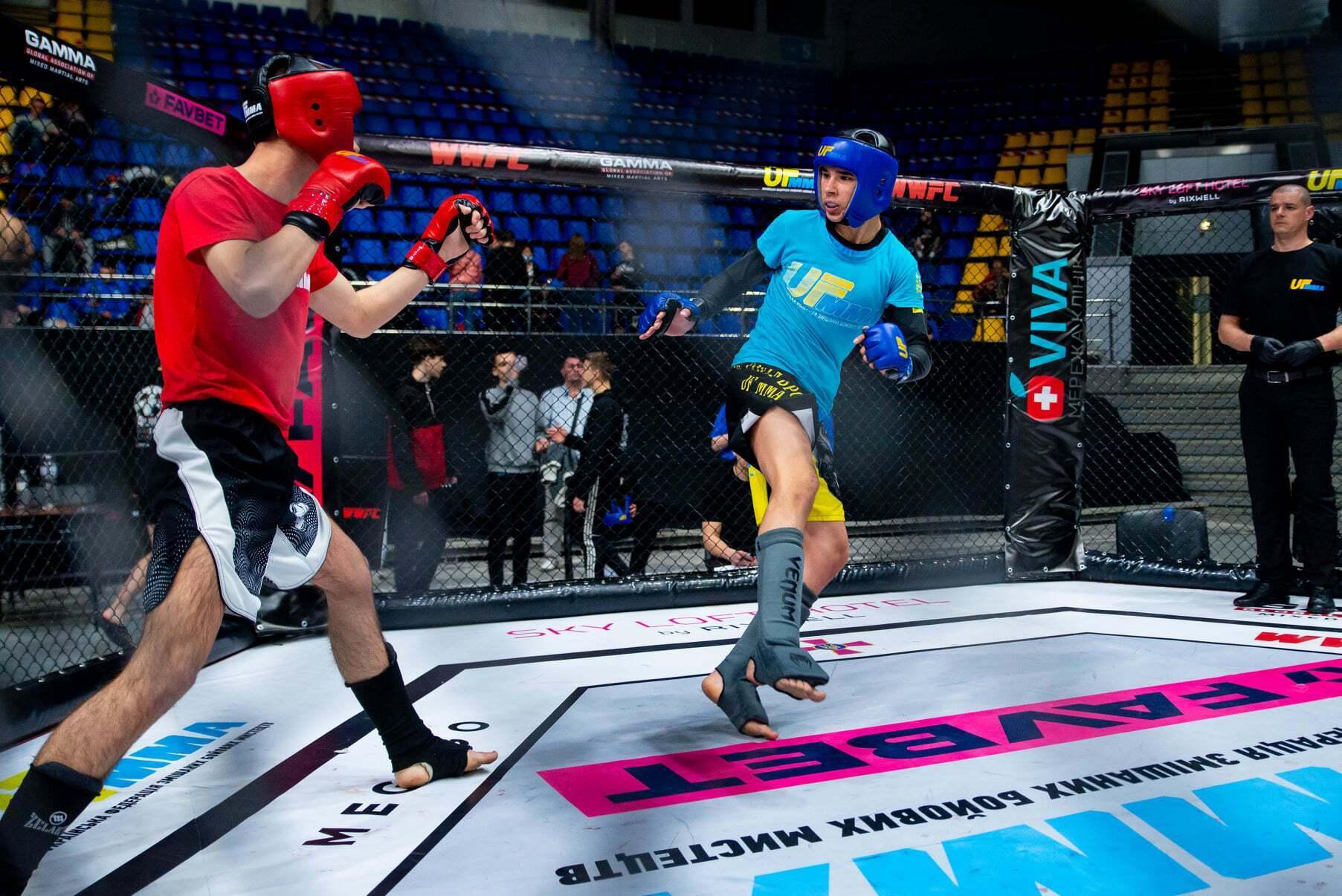 Бой в смешанных единоборствах в киевском Дворце спорта.