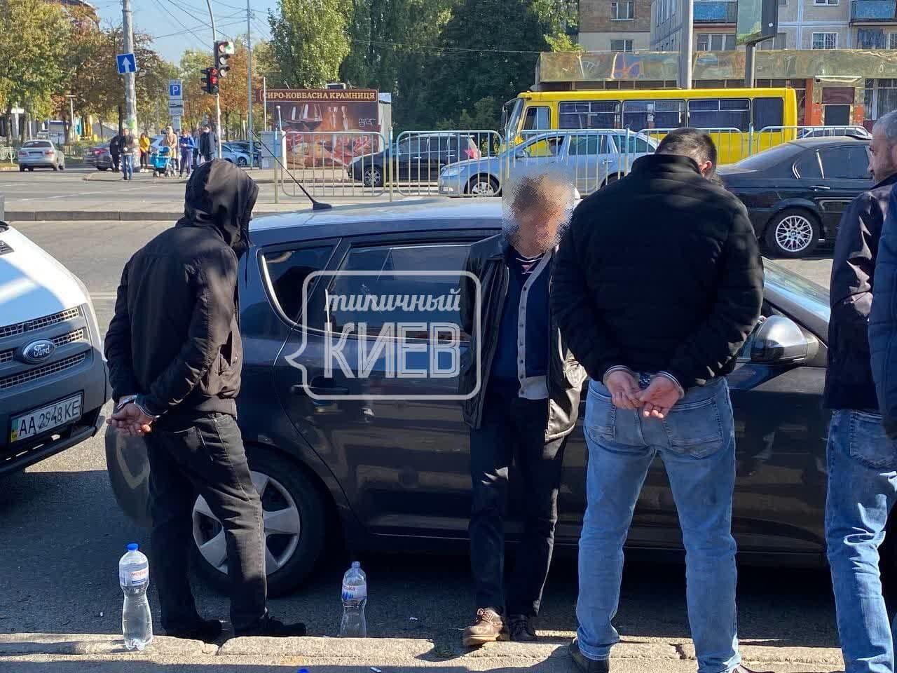 Злоумышленников задержали возле авторынка на бульваре Перова.