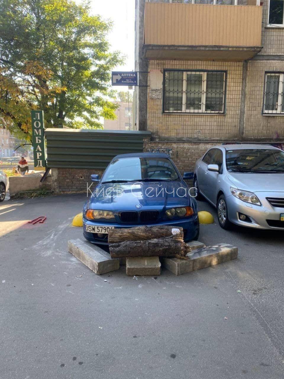 Машину обложили кусками бордюра.
