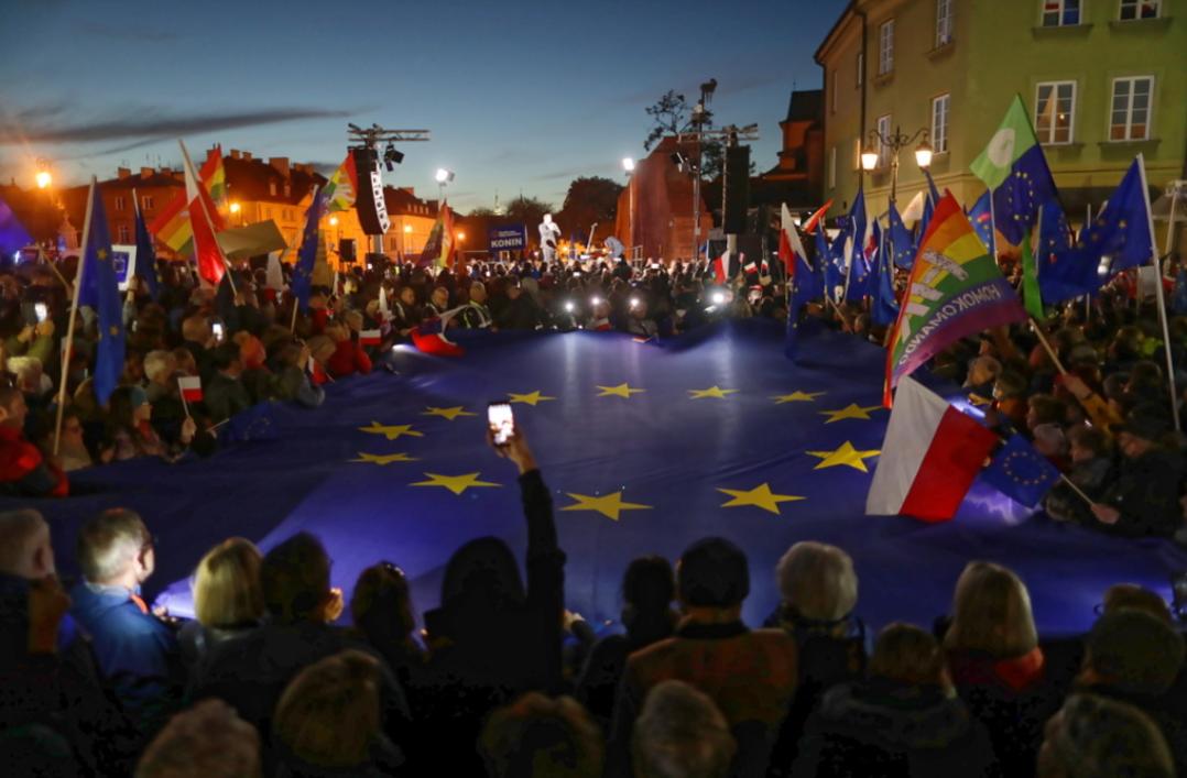 Участники привезли с собой флаги Польши и ЕС.