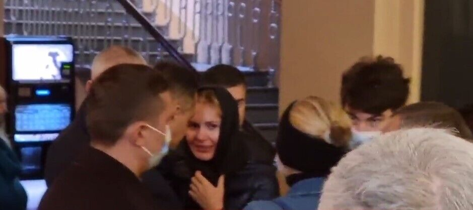 Анна Скороход на похоронах Полякова